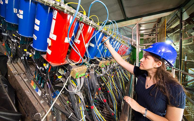 Minerba Betencourt working on MINERvA experiment